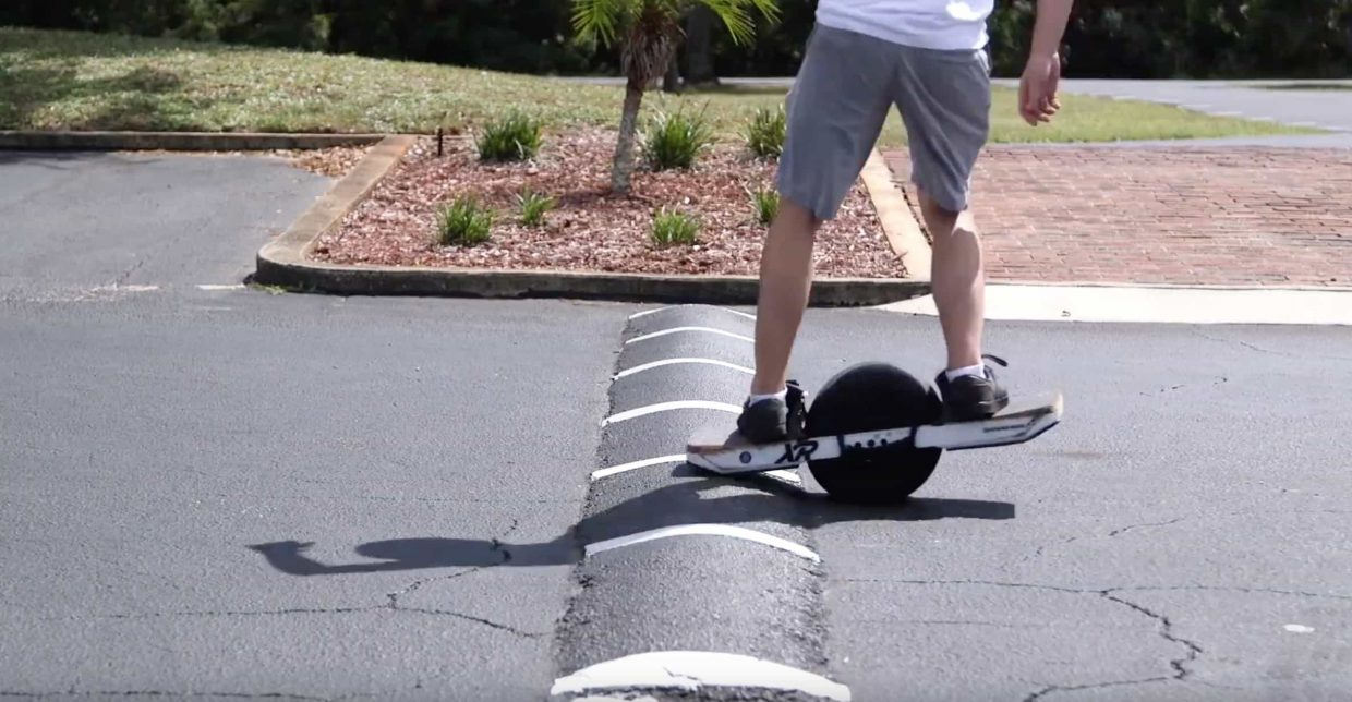 Tricks on a Onewheel: How to bonk The Florida Float Brothers are know for their easy to understand explanations about using the Onewheel XR. This time they are teaching us how to 'bonk'. Bonking your Onewheel is basically bouncing the Onewheel of a ledge or object so you get airtime. As Zach says in their video, it's easier than you might think.